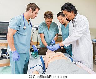 Doktor unterrichtet Schwestern im Krankenhaus.