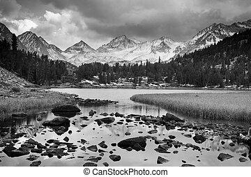 Dramatische Landschaft, Berg in Schwarz-Weiß