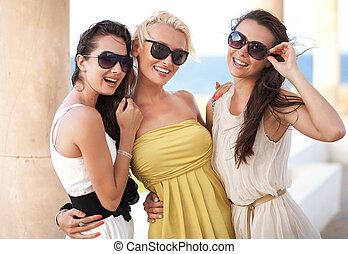 Drei bezaubernde Frauen mit Sonnenbrille