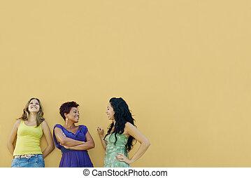 Drei Frauen reden und haben Spaß
