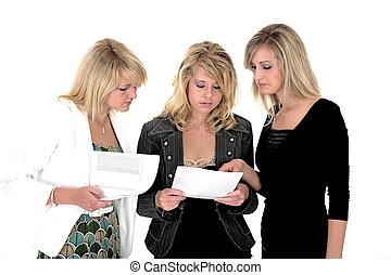 Drei Geschäftsfrauen vier