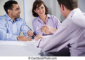 Drei Geschäftsleute treffen sich, Männer geben sich die Hand