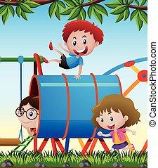 Drei Kinder spielen auf dem Spielplatz.