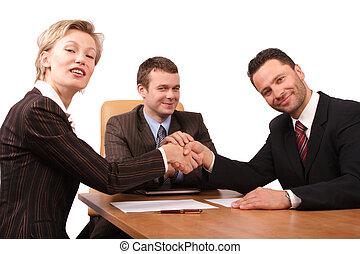 Drei Leute mit Händeschütteln