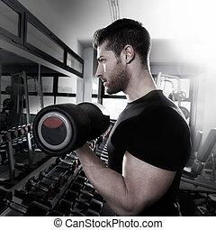 Dummer Mann im Fitnessstudio.