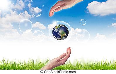 Eco concept : Hand Hold Globe in Blasen gegen die Sonne und den blauen Himmel.