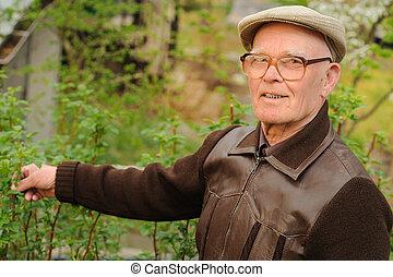 Ein älterer Mann, der im Garten arbeitet