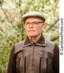 Ein älterer Mann draußen