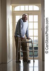 Ein älterer Mann mit einem Gehrahmen