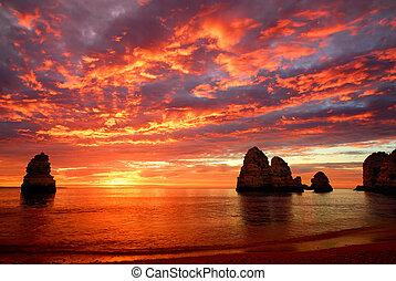 Ein überwältigender Sonnenaufgang über dem Meer.