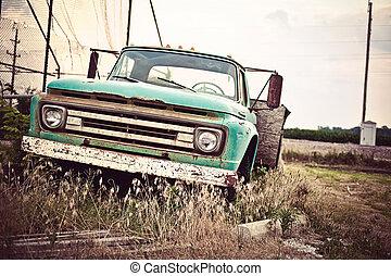 Ein altes rostiges Auto entlang der historischen Route 66