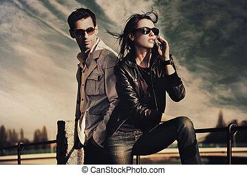 Ein attraktives junges Paar mit Sonnenbrille
