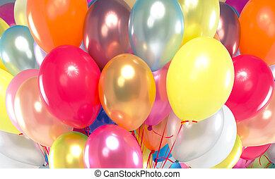 Ein Bild, das viele bunte Ballons präsentiert.