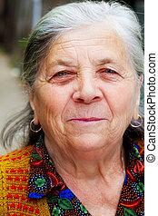 Ein ehrliches Lächeln einer glücklichen Seniorin