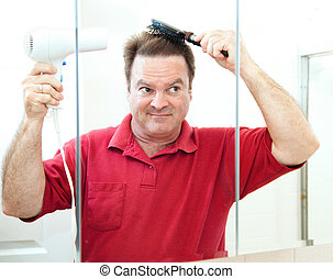 Ein erwachsener Mann, der seine Haare trocknet
