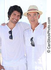 Ein erwachsener Mann mit seinem Vater.