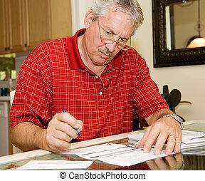 Ein erwachsener Mann unterzeichnet Papiere