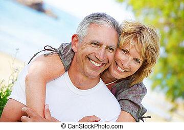 Ein erwachsenes Paar, das lächelt