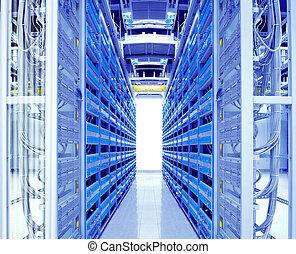 Ein Foto von Netzwerkkabeln und Servern in einem Technologie-Datenzentrum
