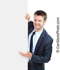 Ein fröhlicher, lächelnder Geschäftsmann mit leerem Schild, isoliert über weißem Hintergrund