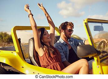 Ein fröhliches junges Paar, das einen Ausflug macht