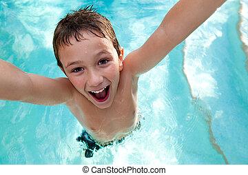 Ein fröhliches Kind im Schwimmbad