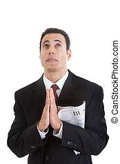 Ein Geschäftsmann, der die Zeitung hält und betet.