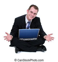 Ein Geschäftsmann, der mit Laptop-Händen auf dem Boden sitzt