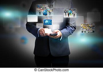 Ein Geschäftsmann mit sozialen Medien