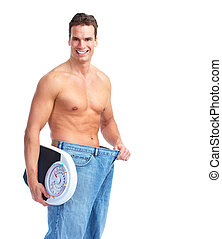 Ein glücklicher Fitness-Mann mit einer Waage.