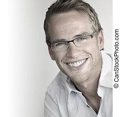 Ein glücklicher Mann in Brille