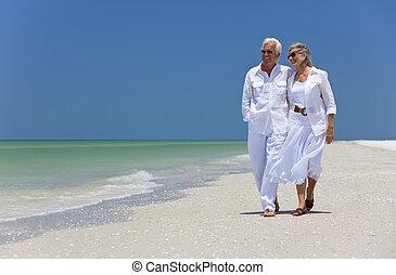Ein glückliches Paar, das am tropischen Strand tanzt