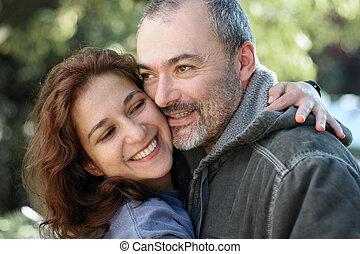 Ein glückliches Paar draußen