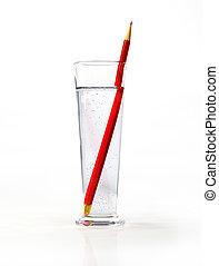 Ein großes Glas Wasser, mit einem roten Füller drin.