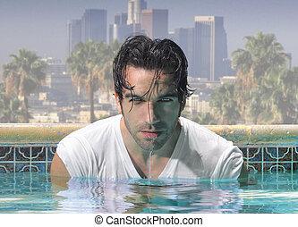 Ein guter Mann im Pool