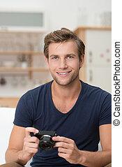 Ein hübscher junger Mann mit Kamera