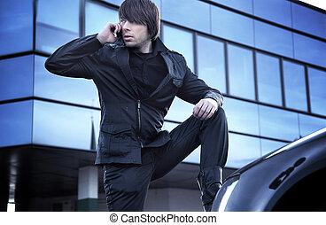 Ein hübscher Kerl, der über Handy redet