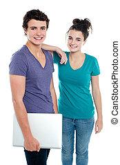 Ein hübscher Kerl mit Laptop und seiner Freundin
