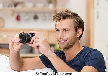Ein hübscher Mann, der ein Foto macht