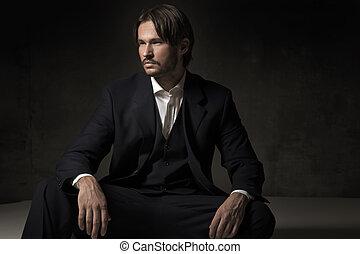 Ein hübscher sitzender Mann