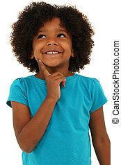 Ein hübsches schwarzes Mädchen, das an Geste denkt und über Weiß lächelt.