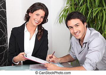 Ein Immobilienmakler und ein junger Mann kaufen ein Haus