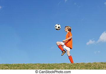 Ein Junge, der Fußball spielt.
