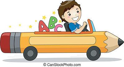 Ein Junge, der mit ABC ein Bleistiftauto fährt.