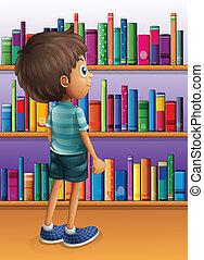 Ein Junge sucht ein Buch in der Bibliothek.