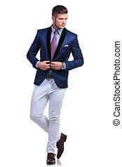 Ein junger Geschäftsmann, der seine Jacke aufknöpft
