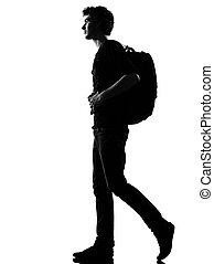 Ein junger Mann, der mit Rucksack rumläuft