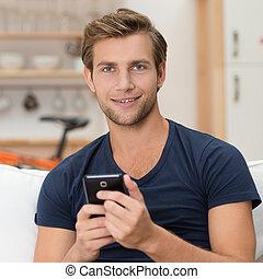 Ein junger Mann mit einem Smartphone