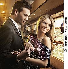Ein junges, attraktives Paar, verliebt, verlobt