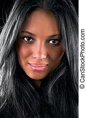 Ein junges brünettes Frauenporträt